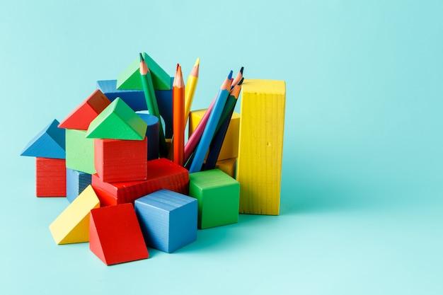 Bloc de construction en bois et crayons de couleur