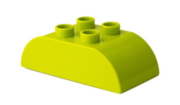 Bloc de construction en plastique vert isolé sur blanc