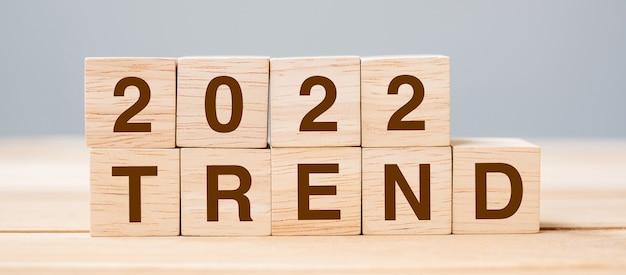Bloc de cube trend 2022 sur fond de table. résolution, planification, révision, modification, début et concepts de vacances du nouvel an