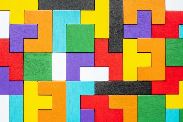Bloc de forme géométrique avec pièce de puzzle en bois coloré