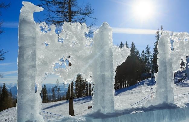 Bloc de glace de fonte sur le versant de la montagne printanière.