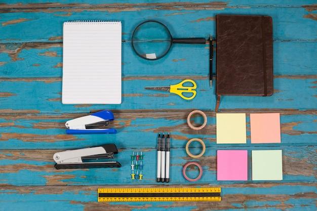 Bloc-notes, agrafeuse, épingles, rubans adhésifs, agenda, notes autocollantes, règle et stylos