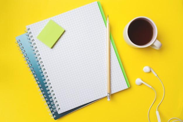 Bloc-notes blanc et crayon de café blanc avec espace de copie
