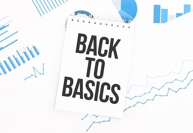 Bloc-notes blanc avec texte retour aux bases sur la documentation financière. concept financier et commercial