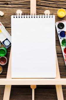 Bloc-notes blanc vide à plat et peinture