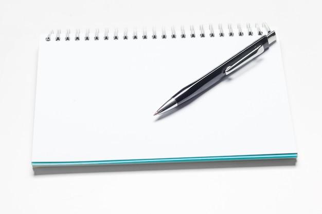 Bloc-notes bloc-notes et stylo à bille pont isolé sur fond blanc