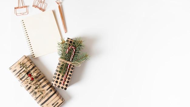 Bloc-notes avec des boîtes-cadeaux sur la table