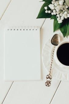Bloc-notes et café sur fond clair