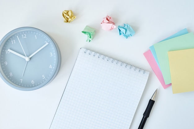 Bloc-notes et cahiers colorés avec réveil gris