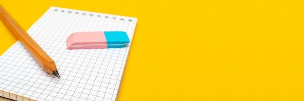 Bloc-notes, crayon et gomme.