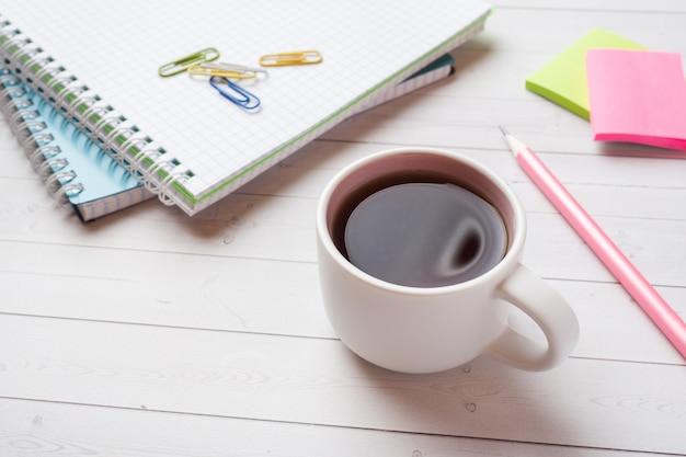 Bloc-notes et crayon, papeterie avec espace de copie