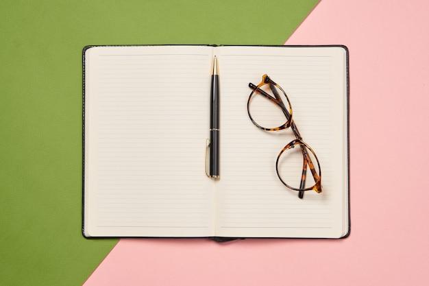 Bloc-notes documents accessoires de bureau outils affaires vue de dessus