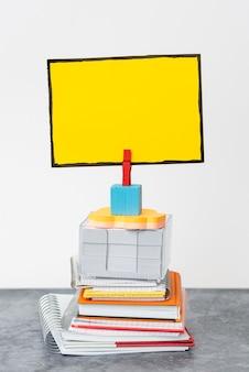 Bloc-notes à empilement organisé, cahiers groupés, documents à pile ordonnée, matériel d'écriture à disposition agréable, espace de travail propre, collections d'affaires académiques de bureau