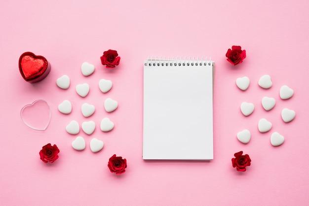 Bloc-notes avec des ensembles de coeurs d'ornement et de fleurs