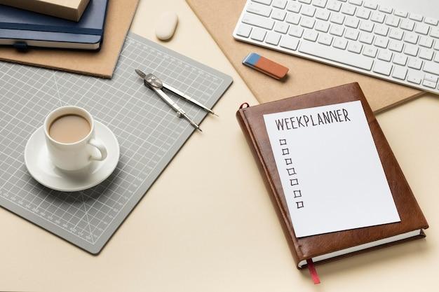 Bloc-notes avec liste de tâches sur le bureau