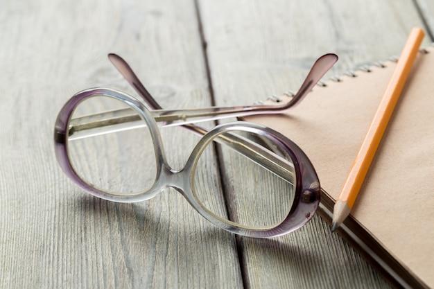 Bloc-notes et lunettes sur la table