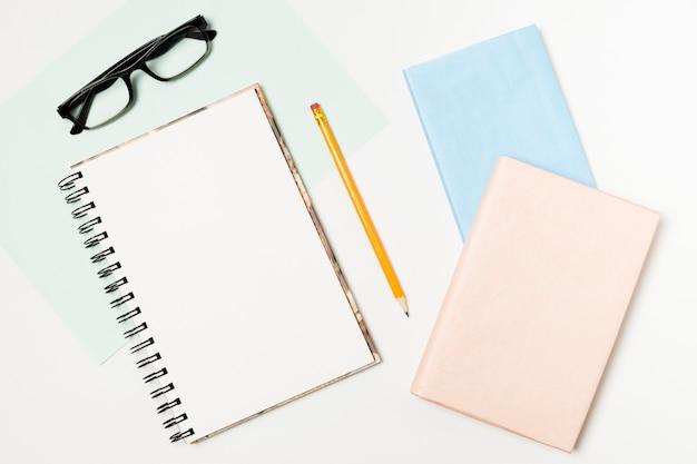Bloc-notes et lunettes vue de dessus