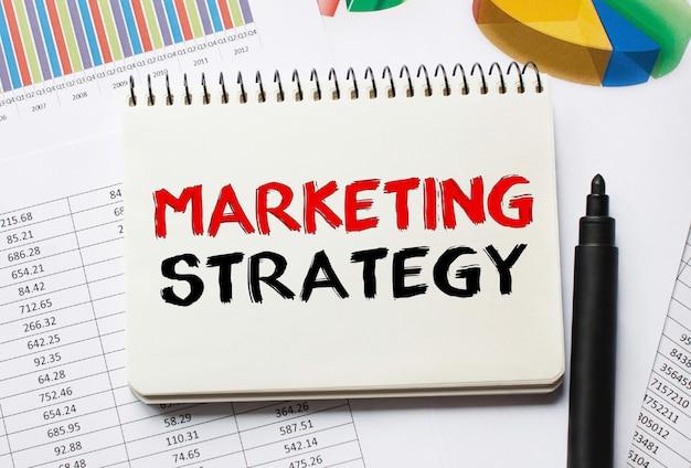 Bloc-notes avec des outils et des notes sur la stratégie marketing