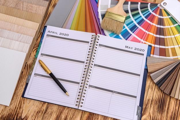 Bloc-notes avec outils de peinture et échantillonneur en bois