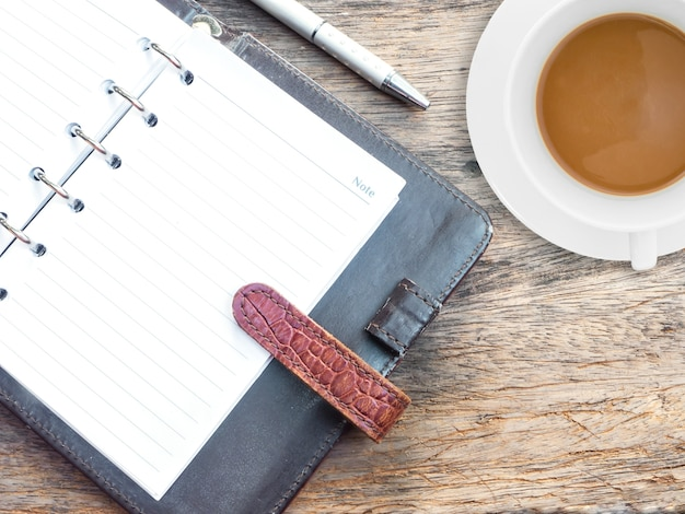 Bloc-notes ouvert et café