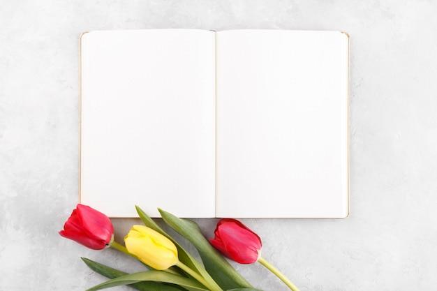 Bloc-notes ouvert et fleurs de printemps