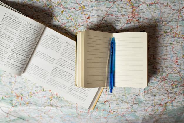 Bloc-notes ouvert et guide sur la carte