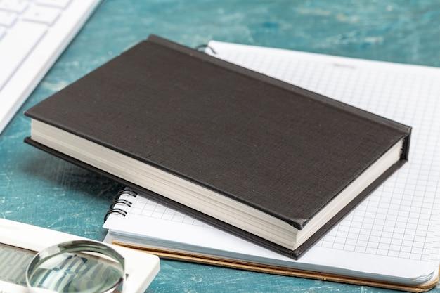 Bloc-notes ouvert papier bouchent sur une table en bois