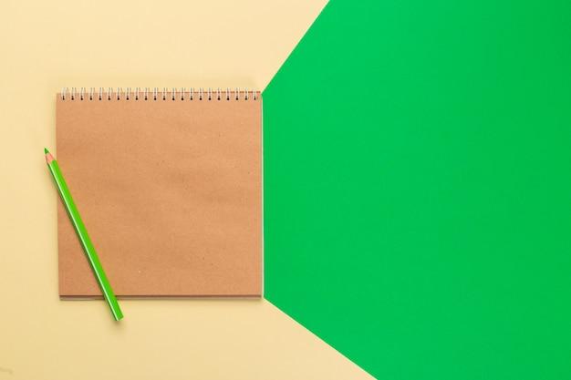 Bloc-notes de papier vierge sur bicolore brillant