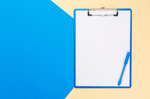 Bloc-notes de papier vierge sur une surface bicolore brillante, vue de dessus