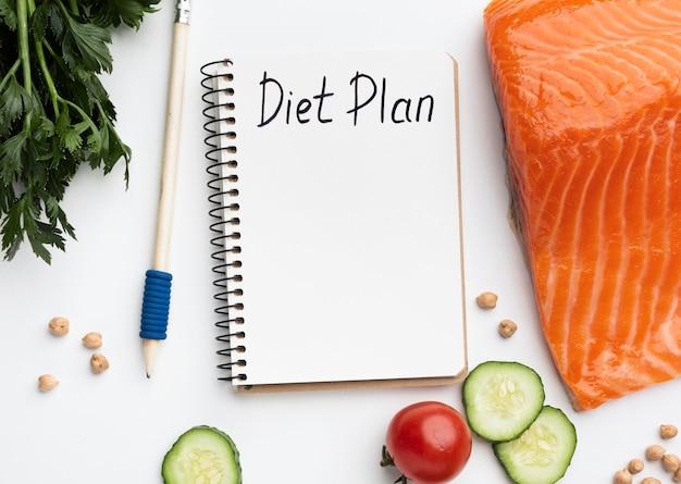Bloc-notes de planification de repas et arrangement de nourriture