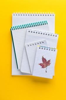 Bloc-notes pour écrire sur un fond jaune