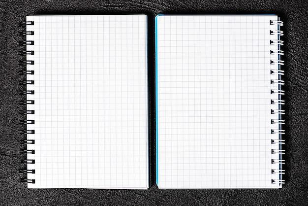 Bloc-notes situé sur fond noir