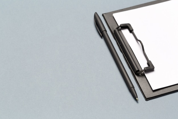 Bloc-notes avec stylo et feuilles de papier vierges