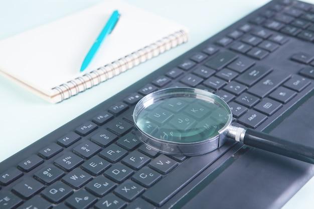 Bloc-notes avec stylo et loupe clavier