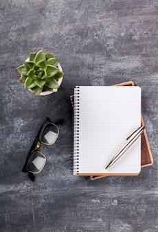 Bloc-notes avec stylo, lunettes et fleur