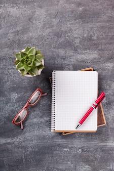 Bloc-notes avec stylo, lunettes