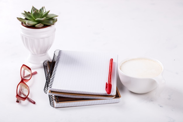 Bloc-notes avec stylo, verres, café, fleur business concept