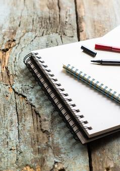 Bloc-notes et stylos