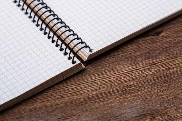 Bloc-notes sur une surface en bois