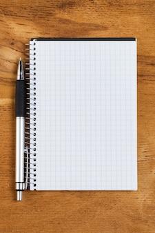 Bloc-notes sur la table avec un stylo