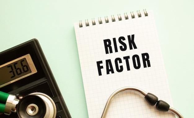 Bloc-notes avec texte facteur de risque, calculatrice et stéthoscope
