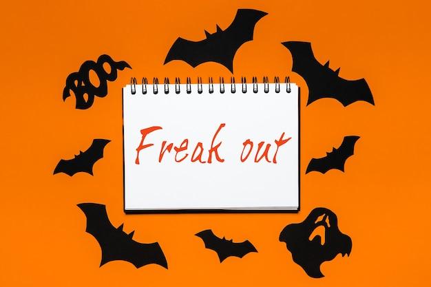 Bloc-notes avec texte halloween freak out sur fond blanc et orange