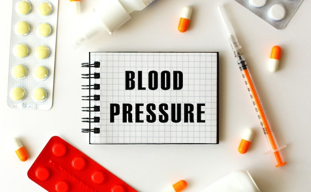 Bloc-notes avec texte pression artérielle sur fond blanc.