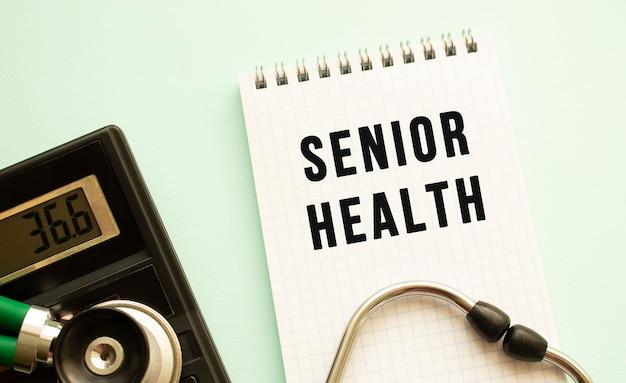 Bloc-notes avec texte senior health, calculatrice et stéthoscope