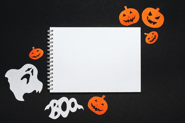 Bloc-notes avec texte trick or treat avec des chauves-souris, des citrouilles et des fantômes