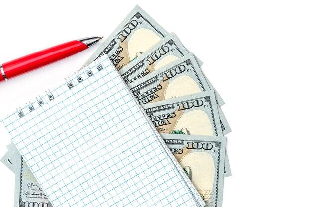 Bloc-notes vide sur les billets en dollars avec stylo