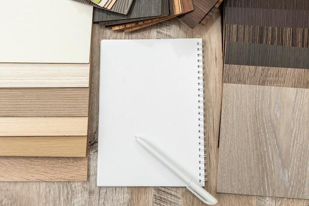Bloc-notes vide avec catalogue de parquet pour un nouveau design de votre maison. collection de stratifiés de planches pour la décoration d'intérieur