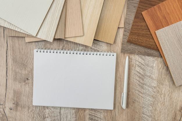 Bloc-notes vide avec catalogue de parquet pour un nouveau design de votre maison