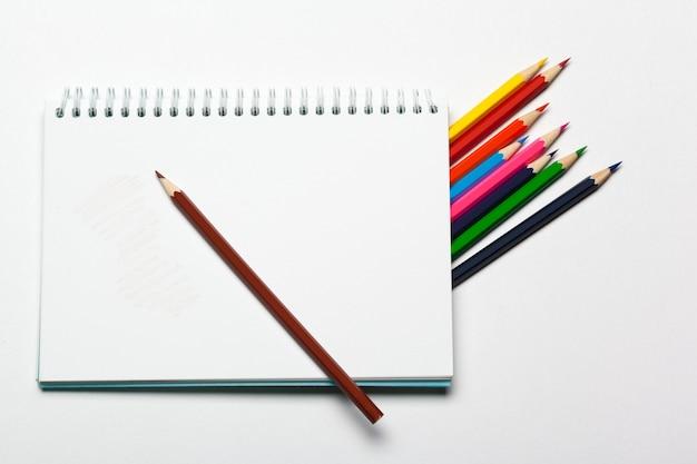 Bloc-notes vide et couleur de crayon sur une table