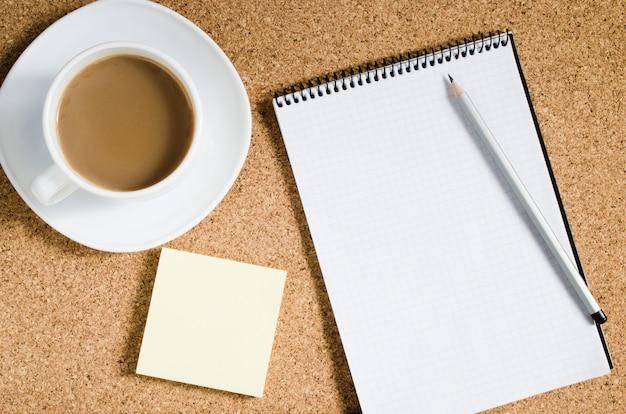 Bloc-notes vide, notes vierges et tasse de café